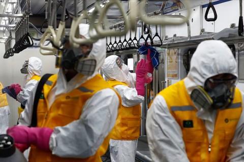 Güney Kore'de toplu ulaşım istasyonlarında ve araçlarında dezenfeksiyon çalışması sürekli devam ediyor.