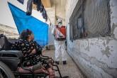 24 Mart 2020 | Suriye'nin İdlib kentinde, yeni tip koronavirüs (Kovid-19) tedbirleri kapsamında, Sivil Savunma (Beyaz Baretliler) ekipleri, ailelerin toplu olarak yaşadıkları bina ve çadırlarda dezenfekte çalışması yaptı. (AA)