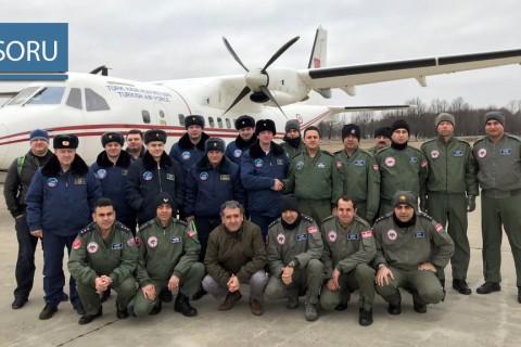 Açık Semalar Anlaşması kapsamında 2-6 Mart 2020 tarihleri arasında Rusya üzerinde Türkiye'ye ait Casa CN-235 uçağı ile gözlem uçuşu icra eden Türk Hava Kuvvetleri personeli ve uçuşa eşlik eden Rus mürettebat (Kaynak: Milli Savunma Bakanlığı, https://twitter.com/tcsavunma/status/1238060536488759296)