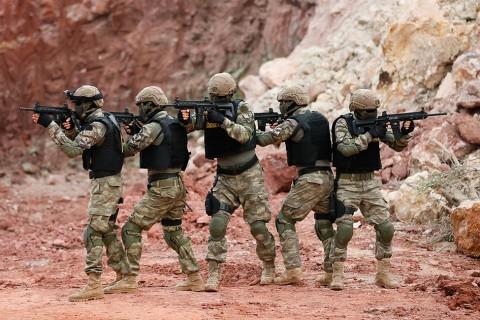 """Türk Silahlı Kuvvetlerinin hem karada hem de suda görev yapabilen gücü """"Amfibi Deniz Piyadeleri"""", yurt içinde ve yurt dışında terörle mücadelede önemli görevler yürütüyor."""