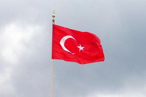 Gönderde dalgalanan Türk Bayrağı