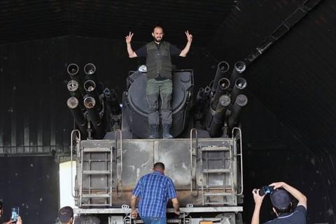 21 Mayıs 2020   Vatiyye Askeri Üssü'nü ele geçiren Libya ordusu mensupları, ele geçirilen Birleşik Arap Emirlikleri'nin (BAE) Hafter milislerine temin ettiği Rus yapımı Pantsir hava savunma sistemi önünde hatıra fotoğrafı çektiriyor. Fotoğraf: Hazem Turkia/AA