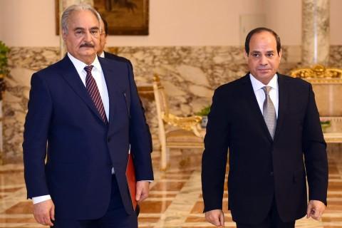 14 Nisan 2019 | Mısır Cumhurbaşkanı Abdulfettah es-Sisi (sağda), Libya'nın doğusundaki askeri güçlerin lideri General Halife Hafter'i (solda) başkent Kahire'deki İttihadiye Sarayı'nda kabul etti. (AA)