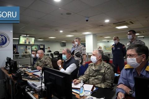 15 Haziran 2020 | Milli Savunma Bakanı Hulusi Akar ve TSK Komuta Kademesi, Irak'ın kuzeyinde teröristlere ait hedeflere düzenlenen Pençe-Kartal Operasyonu'nu Hava Kuvvetleri Komutanlığı Harekat Merkezi'nden sevk ve idare ediyor.