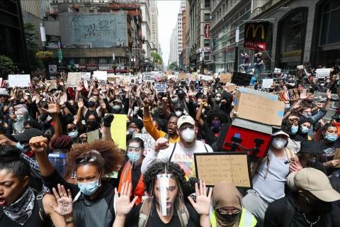 3 Haziran 2020 | ABD'nin Minneapolis kentinde polis şiddeti sonucu siyahi George Floyd'un hayatını kaybetmesi üzerine düzenlenen gösteriler ülke genelindeki birçok şehirde devam etti. New York kentinin Aşağı Manhattan bölgesinde devam eden gösterilere, çok sayıda New Yorklu katıldı. (AA)