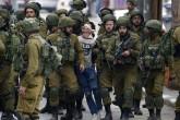 """Filistinli 17 yaşındaki Fevzi el-Cuneydi, ABD'nin Kudüs'ü """"İsrail'in başkenti"""" olarak tanımasının ardından 7 Aralık 2017'de işgal altındaki Batı Şeria'nın El Halil kentinde yaşanan olaylar sırasında """"gözleri bağlanarak"""" 20'yi aşkın İsrail askeri tarafından gözaltına alındı."""