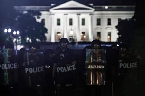 1 Haziran 2020, Beyaz Saray | ABD'nin Minneapolis kentinde polis şiddeti sonucu siyahi George Floyd'un hayatını kaybetmesini protesto eden göstericilerin, cuma gecesi Beyaz Saray önünde toplandığı protestolar esnasında ABD Başkanı Donald Trump'ın bir süreliğine yeraltı sığınağına götürüldüğü iddia edildi.