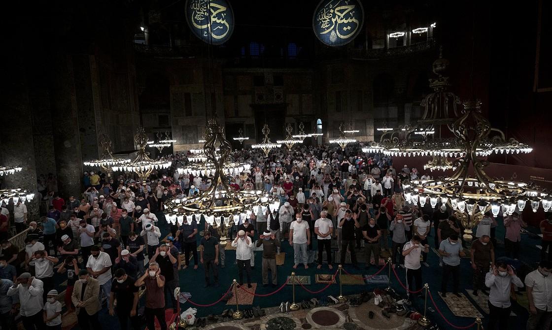 25 Temmuz 2020 | Ayasofya-i Kebir Cami-i Şerifi'nde 86 yıl aradan sonra ilk sabah namazını kılmak isteyenler caminin önünde uzun kuyruklar oluştururken, namazı içeride kılabilenler büyük mutluluk yaşadı.