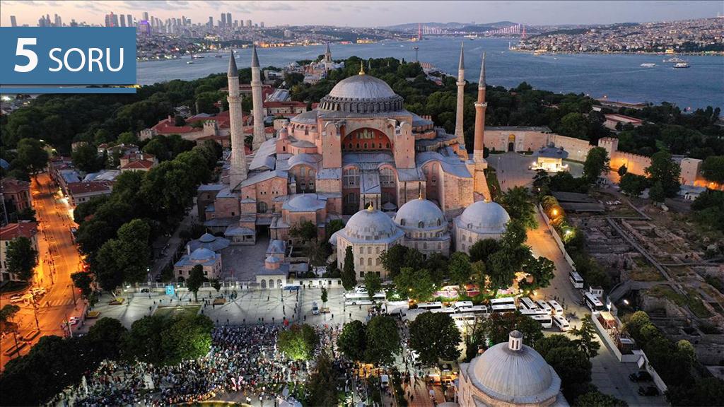 10 Temmuz 2020 | Danıştayın, Ayasofya'nın camiden müzeye dönüştürülmesine dair 24 Kasım 1934 tarihli Bakanlar Kurulu kararını iptal etmesi sonrasında Ayasofya Meydanı'na gelen bir grup vatandaş burada akşam namazı kıldı.