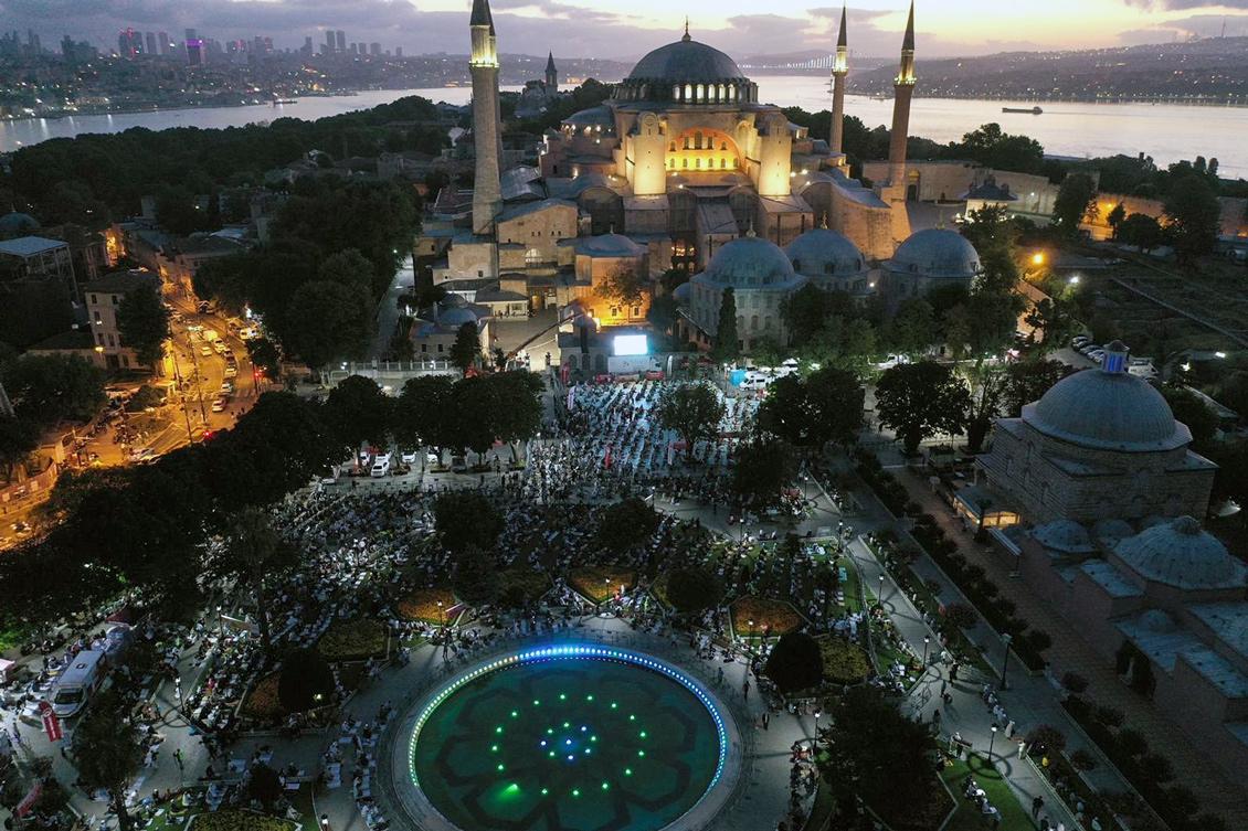 26 Temmuz 2020 | Ayasofya-i Kebir Cami-i Şerifi'nde 86 yıl aradan sonra ikinci sabah namazı da büyük coşkuyla kılındı. Cami içine giremeyen Müslümanlar, namazlarını Ayasofya Meydanı'nda eda etti. (Foto: İstanbul Valiliği)