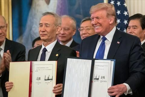 15 Ocak 2020 | ABD Başkanı Trump ile Çin Devlet Başkan Yardımcısı Liu, Beyaz Saray'da düzenlenen törenle ABD-Çin birinci faz ticaret anlaşmasını imzaladı.