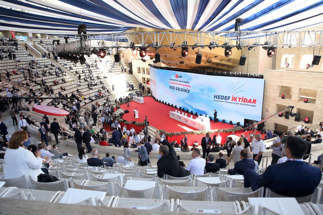 25 Temmuz 2020 | CHP'de 37. olağan kurultay Genel Başkan Kılıçdaroğlu'nun konuşmasıyla başladı. Kurultayda İzmir Milletvekili Kemal Kılıçdaroğlu, genel başkanlığa tek aday olarak gösterildi.