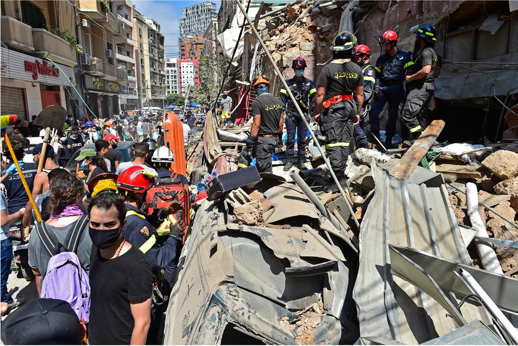 6 Ağustos 2020 | Lübnan'ın başkentindeki Beyrut Limanı'ndaki patlamanın ardından çevredeki birçok bina hasar görürken, bölgede çalışmalar sürdü.