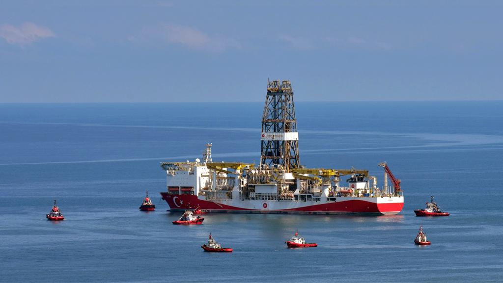 Türkiye tarihinin en büyük doğal gaz keşfini Karadeniz'de gerçekleştiren Fatih Sondaj Gemisi, montaj çalışmalarının ardından Trabzon'dan yola çıkmıştı. Fotoğraf: Ömür Avcı/AA