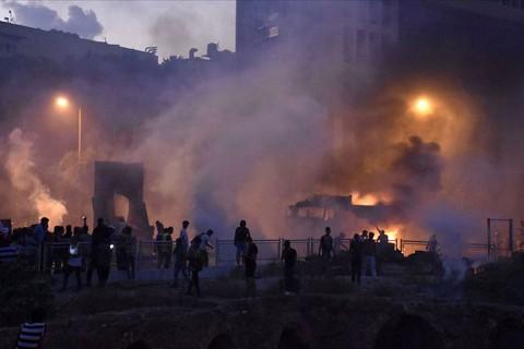 8 Ağustos 2020 | Lübnan'ın başkenti Beyrut'ta düzenlenen gösterilerde bir güvenlik görevlisinin hayatını kaybettiği, 172 göstericinin de yaralandığı belirtildi.