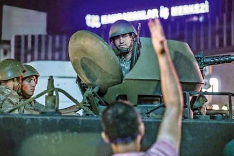 15 Temmuz 2016 Gecesi   Ankara Kızılay Meydanı'nda askeri kalkışmayı protesto etmek için toplanan ve üzerlerine ateş açılan vatandaşların tepkisi.