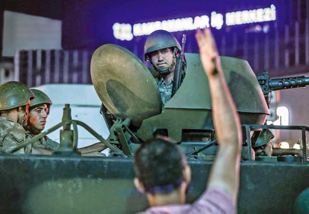 15 Temmuz 2016 Gecesi | Ankara Kızılay Meydanı'nda askeri kalkışmayı protesto etmek için toplanan ve üzerlerine ateş açılan vatandaşların tepkisi.