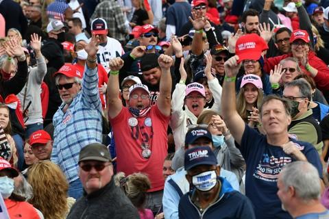 20 Eylül 2020 | ABD Başkanı Donald Trump'ın, 2020 başkanlık seçimleri için yürüttüğü kampanya kapsamında Kuzey Karolina eyaletinin Fayetteville kentinde düzenlediği miting öncesi destekçileri alandaki yerini aldı.
