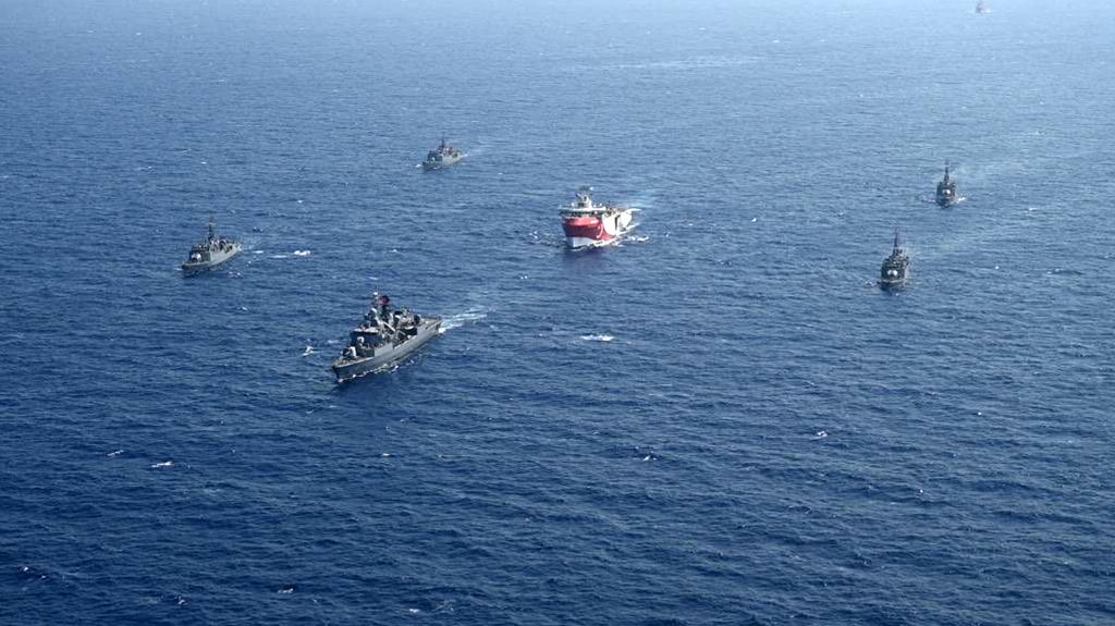 Türkiye'nin Doğu Akdeniz'deki deniz yetki alanlarında sismik araştırma faaliyetine başlayan MTA ORUÇ REİS araştırma gemisine Türk Deniz Kuvvetleri tarafından refakat ve koruma sağlanmaktadır. (Foto: Türk Deniz Kuvvetleri Komutanlığı)