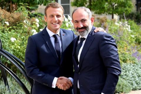 Ermenistan Başbakanı Nikol Paşinyan (sağda) Fransa'nın başkenti Paris'teki Elysee Sarayı'nda Fransa Cumhurbaşkanı Emmanuel Macron (solda) ile. (Foto: AA)
