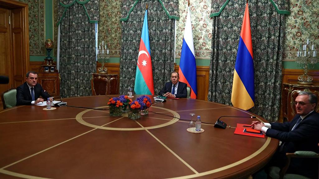 10 Kasım 2020 | Ermenistan'ın işgali altında bulunan Dağlık Karabağ'daki çatışmalarla ilgili Rusya Devlet Başkanı Vladimir Putin'in davetiyle, Rusya Dışişleri Bakanı Sergey Lavrov'un arabuluculuğunda Azerbaycan Dışişleri Bakanı Ceyhun Bayramov ve Ermenistan Dışişleri Bakanı Zohrab Mnatsakanyan Moskova'da yapılan istişare toplantısında bir araya geldi. 10 saat süren toplantının neticesinde Dağlık Karabağ'da Azerbaycan ve Ermenistan bugün saat 00.00'den itibaren ateşkese varılması konusunda anlaşmaya vardı. Azerbaycan ve Ermenistan'ın ateşkes sonrası cenaze ve esir değişimine başladığı bildirildi. (Foto:  © RIA Novosti / Rusya Dışişleri Bakanlığı basın servisi.)