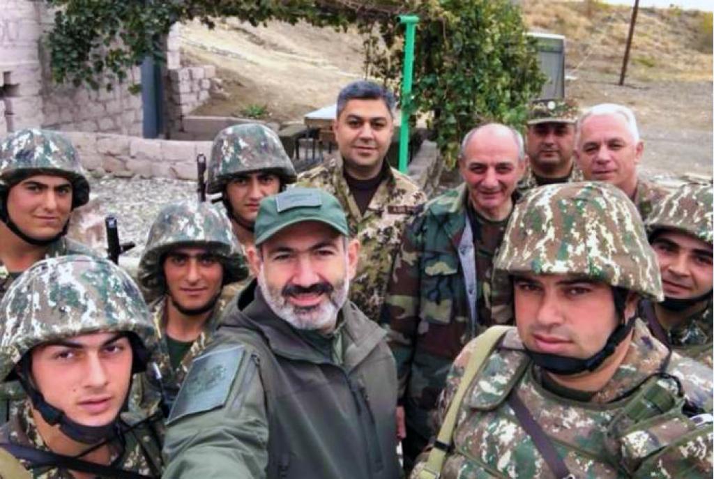 Başbakan Vekili Nikol Paşinyan Karabağ'da işgal güçleriyle birlikte 4 Kasım 2018'de cephede çekip sosyal medyada paylaştığı fotoğraf.