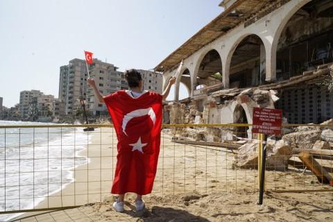 8 Ekim 2020 | Kuzey Kıbrıs Türk Cumhuriyeti (KKTC) sınırları içerisinde yer alan ve 46 yıldır kapalı olan Maraş bölgesinin bir bölümü saat 12 sularında halkın kullanımına açıldı. Kapalı Maraş'ın, kamuya ait olan Demokrasi Caddesi ile sahil kısmının bir bölümünü halk dolaşmaya başladı. (Foto: Gökhan Yılmaz / AA)