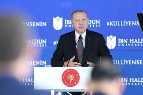 19 Ekim 2020 | Cumhurbaşkanı Recep Tayyip Erdoğan (ortada), İbn Haldun Üniversitesi Külliyesi Açılış Töreni'ne katıldı. Cumhurbaşkanı Erdoğan, protokol üyeleri ile açılış kurdelesini kesti. (Foto: İsa Terli / AA)