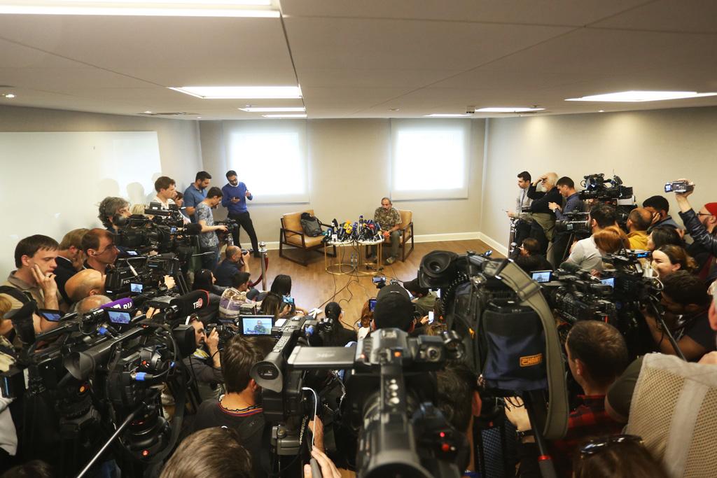27 Nisan 2018 | Ermenistan geçici Başbakanı Karen Karapetyan'ın muhalif hareketin lideri milletvekili Nikol Paşinyan'ın görüşme talebini reddettiği bildirildi. Paşinyan, Yarevan'daki bir otelde gazetecilere üzerinde askeri kamuflaj tişörtü ve askeri pantolonla açıklamalarda bulundu. (Foto: Vahram Baghdasaryan / AA)