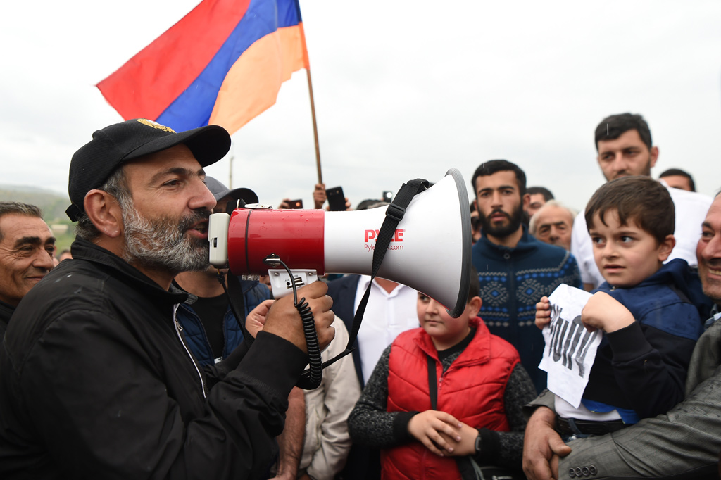 27 Nisan 2018 | Ermenistan'da muhalifler, Serj Sarkisyan'ın başbakanlıktan istifa etmesinden sonra yine meydanlarda toplandı. Muhalif hareketin lideri milletvekili Nikol Paşinyan (solda) da yürüyüşe katıldı. (Foto: Hayk Baghdasaryan / AA)
