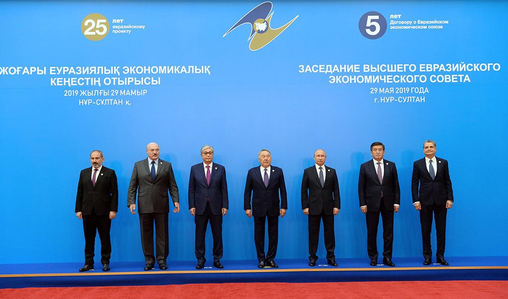 29 Mayıs 2019 | Kazakistan'ın başkenti Nur Sultan'da düzenlenen Avrasya Yüksek Ekonomik Konseyi (AYEK) toplantısına, Kazakistan'ın kurucu Cumhurbaşkanı Nazarbayev (ortada), Cumhurbaşkanı Kasım Cömert Tokayev (sol 3), Rusya Devlet Başkanı Vladimir Putin (sağ 3), Kırgızistan Cumhurbaşkanı Sooronbay Ceenbekov (sağ 2), Belarus Cumhurbaşkanı Aleksandr Lukaşenko (sol 2) ve Ermenistan Başbakanı Nikol Paşinyan (solda) katıldı. (Foto: AA)