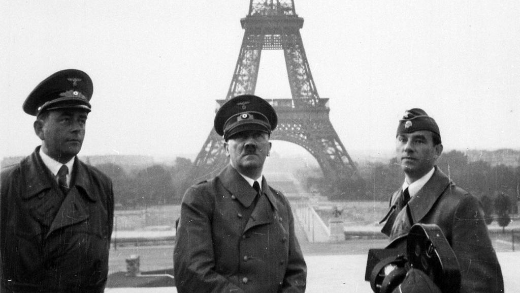 Adolf Hitler, 23 Haziran 1940'ta Paris'te Trocadéro'da.