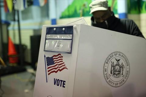 """ABD'de 3 Kasım'daki başkanlık seçimleri için erken oylama bilgilerini derleyen internet sitesi """"ABD Seçimler Projesi""""ne göre, 23 Ekim tarihi itibariyle posta ve elden zarf bırakma yoluyla şu ana kadar 49 milyon 313 bin 897 kişi oy kullandı. (AA)"""
