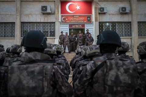 Zeytin Dalı Harekatı kapsamında terör örgütü YPG/PKK'dan temizlenen Afrin'de görev yapan Emniyet Genel Müdürlüğü Özel Harekat Başkanlığına bağlı Suriye Görev Gücü, bölge halkının huzur ve güvenliğini sağlıyor. (Foto: AA, Kasım 2018)
