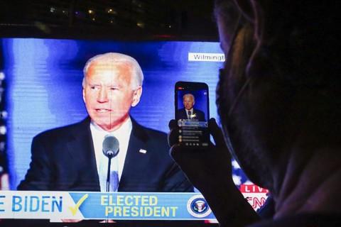 """Joseph Robinette Biden Jr.,kısaca """"Joe Biden"""" Amerikalı avukat, politikacı ve Amerika Birleşik Devletleri'nin 46. Başkanı. 2021-2024 yılları arasında ABD Devlet Başkanlığı görevini sürdürmesi beklenmektedir. Daha önce uzun bir siyasi kariyeri olan Biden aynı zamanda 2009-2017 yılları arasında Obama Yönetimi'nde Birleşik Devletler Başkan Yardımcısı olarak görev almıştır."""