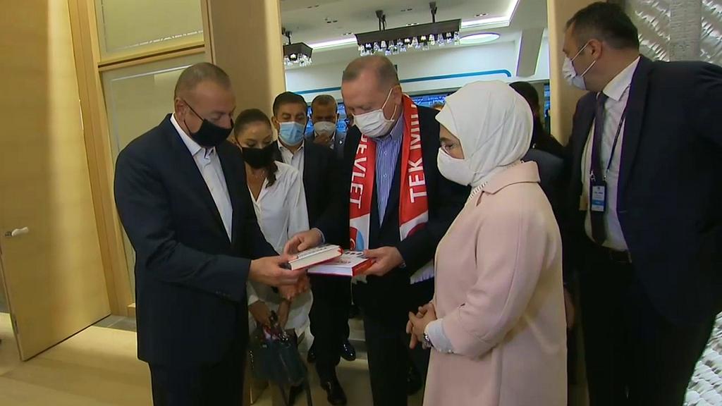 Cumhurbaşkanımız Recep Tayyip Erdoğan'ın Azerbaycan Cumhurbaşkanı İlham Aliyev'e SETA Takdimi