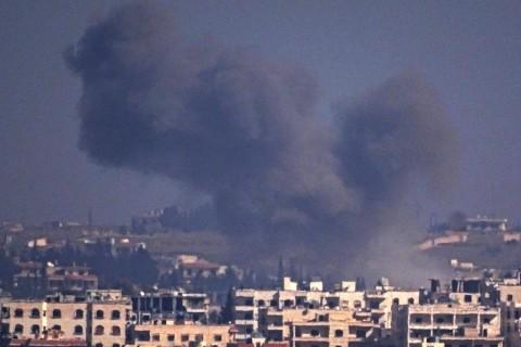 Rus uçakları ile Suriye ordusuna ait helikopterler, Halep'te muhaliflerin kontrolündeki Kafr Hamra bölgesine saldırı düzenledi. Saldırı sonrası bölgeden dumanlar yükseldi.  ( Ahmed Muhammed Ali - Anadolu Ajansı )