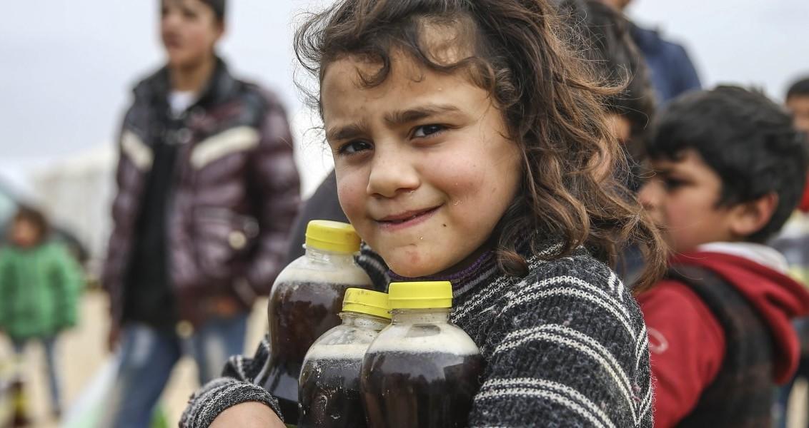 Suriye'nin Halep kentinde muhaliflerin kontrolündeki kuzey bölgelerine Rus savaş uçaklarının düzenlediği saldırılar sonucu, evlerini terk ederek Azez ilçesindeki Es-Selame çadır kentine sığınan bölge halkı, Türkiye'nin yardımlarıyla ayakta kalmaya çalışıyor. Sığınmacılar, zor şartlar altında hayatlarını sürdürmeye çalışırken söz konusu yardım kuruluşları çadır kentteki ihtiyaç sahiplerine hasır ve içecek dağıtımı yaptı.  ( Fatih Aktaş - Anadolu Ajansı )