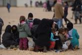 Suriye'de Rusya ve Esed rejiminin Halep'in kuzeyindeki kentlere düzenlediği ağır bombardıman sonrası ilçe ve beldelerden kaçan binlerce kişinin oluşturduğu göç dalgası devam ediyor. Yerel kaynaklardan alınan bilgiye göre, Rusya ve Esed rejimi kenti havadan bombalarken terör örgütü DAEŞ ve PYD güçleri de karadan saldırılarına ağırlık verdi. Son dört günden bu yana ağır bombardımandan kaçan yaklaşık 20 bin Suriyeli, Halep'in Azez kentindeki güvenli bölgelere göç etti. ( Musyafa Sultan - Anadolu Ajansı )