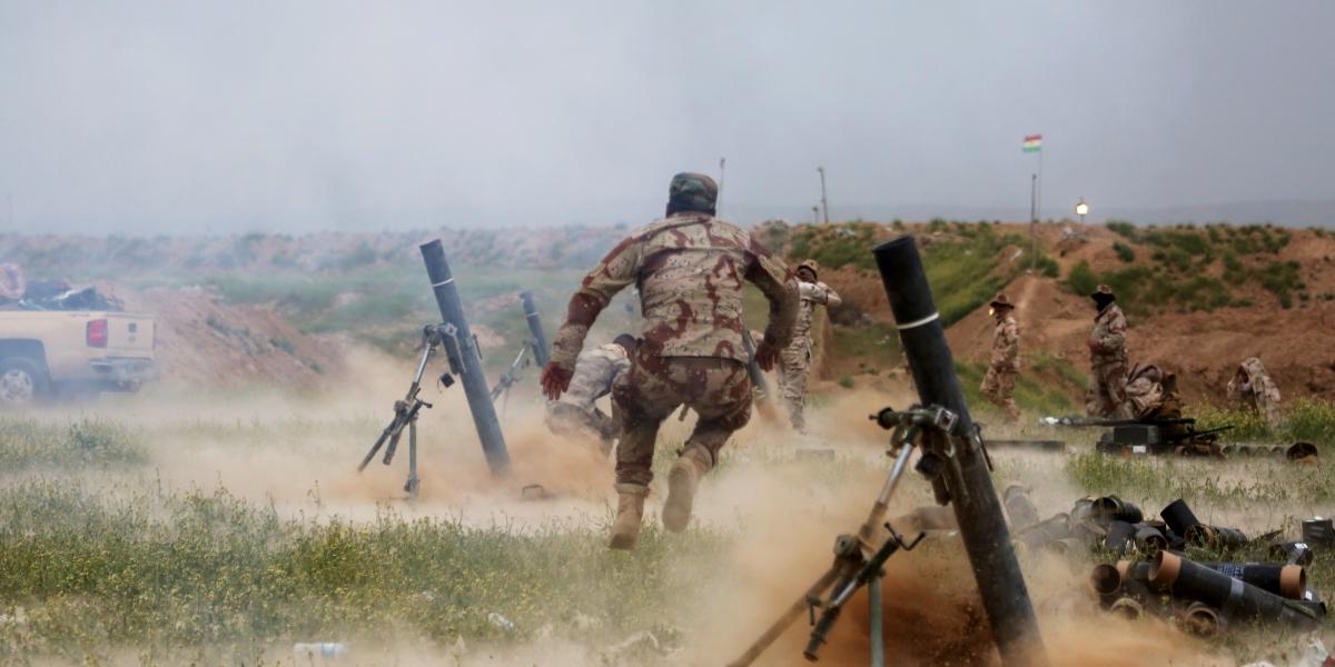 Irak ordusunun Mahmur cephesinden başlattığı Musul'u terör örgütü DAEŞ'ten kurtarma operasyonunun ikinci gününde şiddetli çatışmalarla devam ediyor. Irak Ordusuna bağlı askerler, Mahmur ilçesine bağlı Carulla köyünden DEAŞ mevzilerine havan toplarıyla saldırdı. ( Yunus Keleş - Anadolu Ajansı )