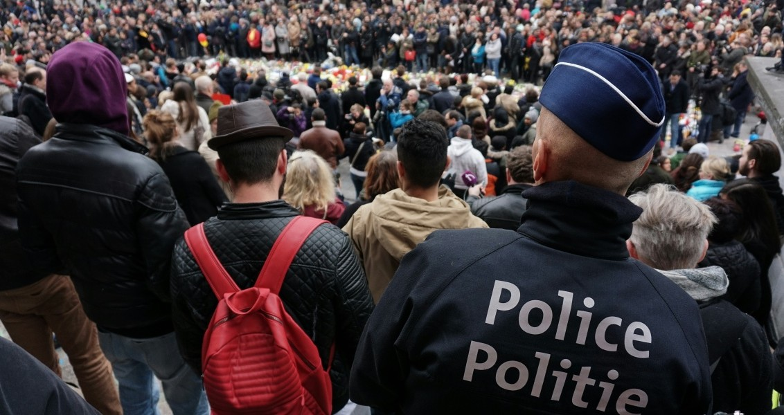 People gather to pay tribute to the victims of the Brussels attacks on the Place de la Bourse (Beursplein) in central Brussels, on March 24, 2016,  two days after a triple bomb attack, which responsibility was claimed by the Islamic State group, hit Brussels' airport and the Maelbeek - Maalbeek subway station, killing 31 people and wounding 300 others. A grieving Belgium hunted two fugitive suspects after bombings that struck at the very heart of Europe, as security authorities faced mounting criticism over the country's worst-ever attacks.  / AFP / PATRIK STOLLARZ