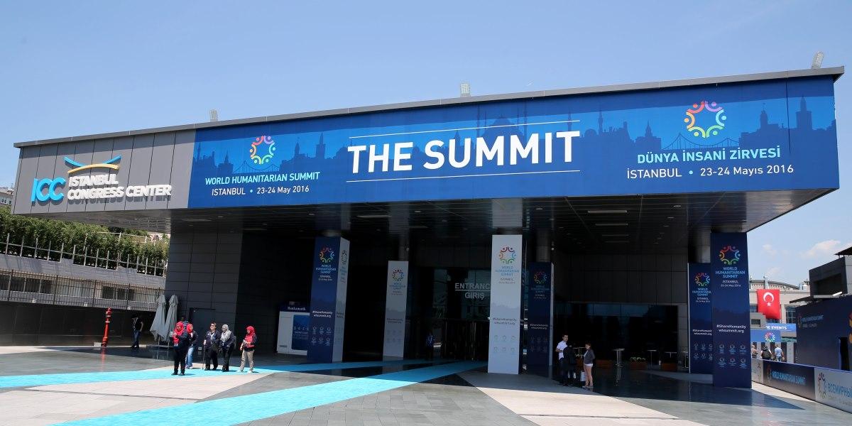 23-24 Mayıs 2016 tarihlerinde İstanbul Kongre Merkezi'nde gerçekleştirilecek olan ''Dünya İnsani Zirvesi''nin hazırlıkları devam ediyor. Zirvenin yapılacağı İstanbul Kongre Merkezi'nin ana girişine ''The Summit'' afişi asıldı. ( Oktay Çilesiz - Anadolu Ajansı )