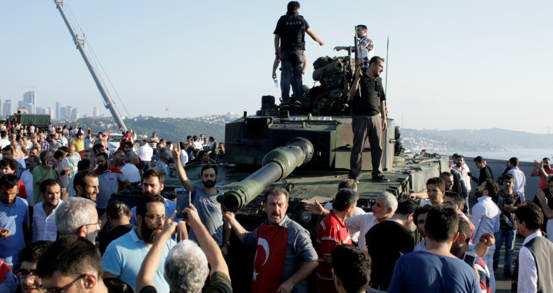 Boğaziçi Köprüsü'ndeki askerler, polise teslim oldu. Köprüdeki 5 tankın üzerine çıkan vatandaşlar, sevinç gösterisinde bulundu. ( Hasan Hüseyin Kulaoğlu - Anadolu Ajansı )