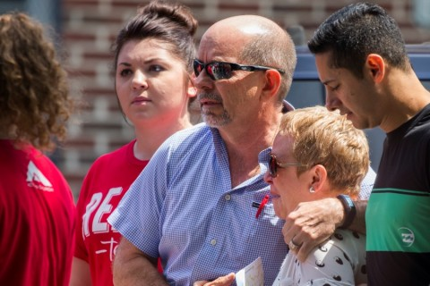 ABD'nin Orlando kentindeki bir gece kulübüne düzenlenen ve 50 kişinin yaşamını yitirdiği silahlı saldırının ardından, öldürülenlerin yakınları, saldırı hakkında bilgi aldıktan sonra Beardall Senior Center'dan ayrıldı. ( Samuel Corum - Anadolu Ajansı )
