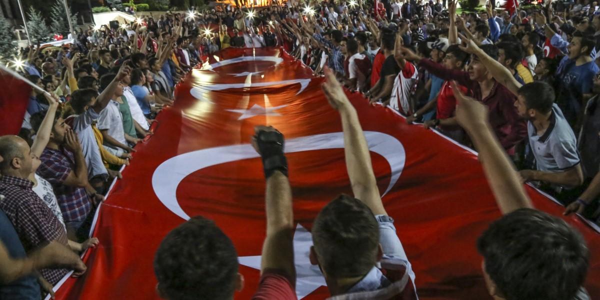 Fetullahçı Terör Örgütü'nün (FETÖ) darbe girişimi, Kastamonu'da binlerce kişi tarafından protesto edildi. Uzun araç konvoyu ve Türk bayrakları eşliğinde kent merkezindeki Cumhuriyet Meydanı'na yürüyen kalabalık, burada sloganlar atarak askeri kalkışmaya tepki gösterdi.  ( Semih Yüksel - Anadolu Ajansı )