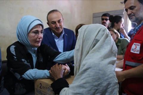 First Lady Emine Erdoğan with Rohingya people