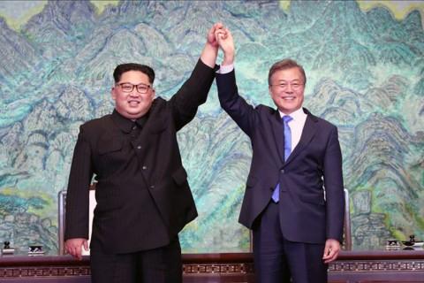 South Korean president, Moon Jae-in (R) and North Korean leader Kim
