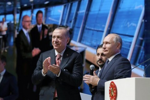 President Recep Tayyip Erdoğan (L) and Russian President Vladimir Putin (R) applaud as they attend an event in Istanbul marking the completion of one of the phases of the TurkStream natural gas pipeline, Nov. 19.