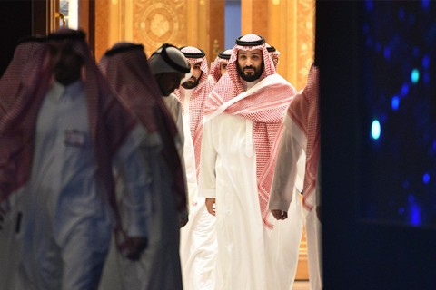 Saudi Crown Prince Mohammed bin Salman (C) arrives to attend a session during a conference in the Saudi capital Riyadh, Oct. 24, 2018.