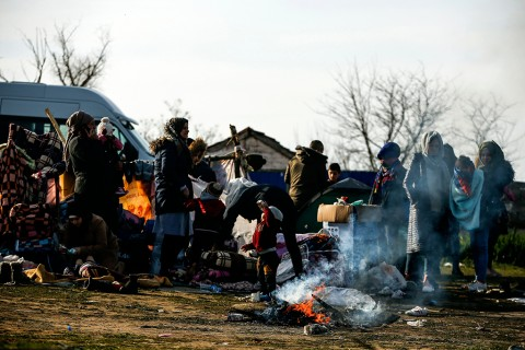 Migrants gather in a field at the Maritsa river near Edirne, at the Turkish-Greek border, March 3, 2020. (AP Photo)